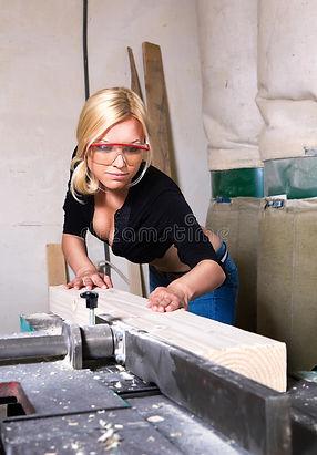 fille-travaillant-dans-le-système-de-men