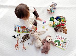 Enfant en bas âge avec des jouets