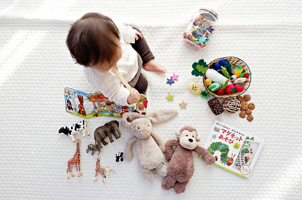 Criança com brinquedos
