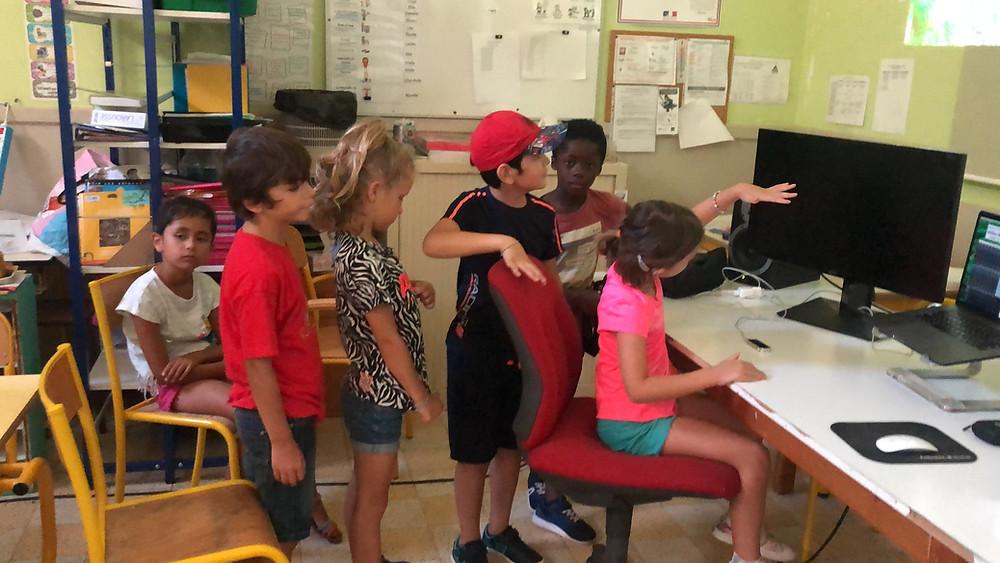 Rouvrir le monde, les enfants de 5 à 6 ans en train de découvrir des gestes appropriés