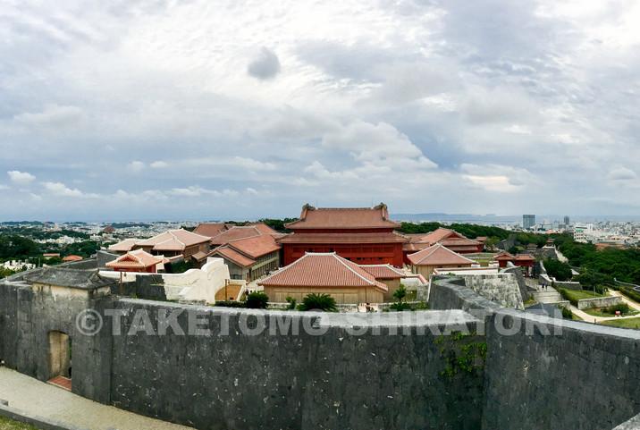 首里城・東(あがり)のアザナからの眺望。手前に正殿。