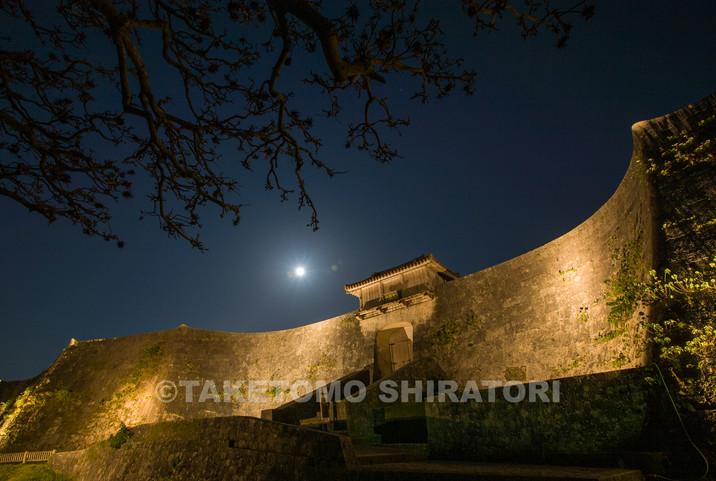 首里城・久慶門と満月