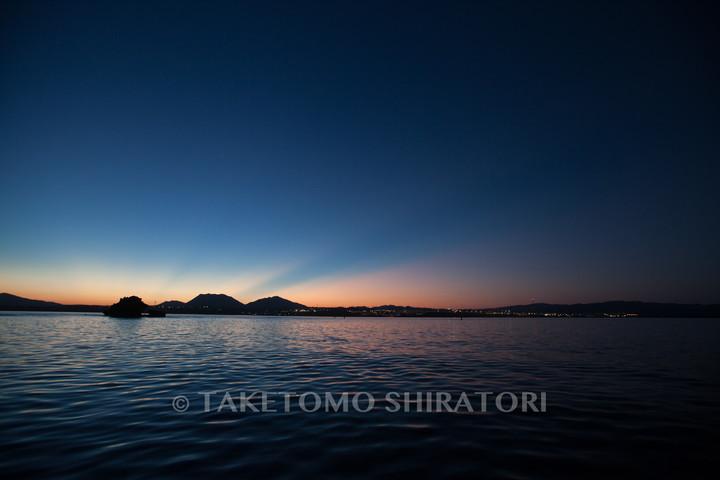 赤から青、そして漆黒へと染まっていく空と海(沖縄本島)
