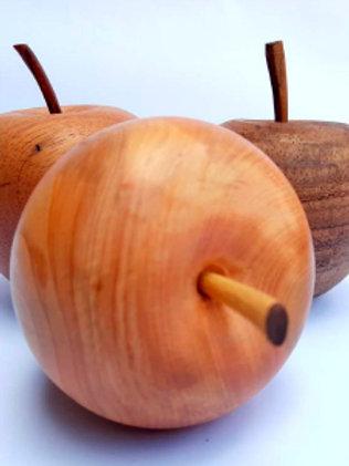 Maçã em madeira