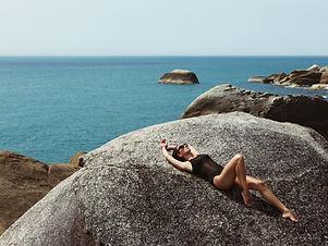 Mujer por la playa