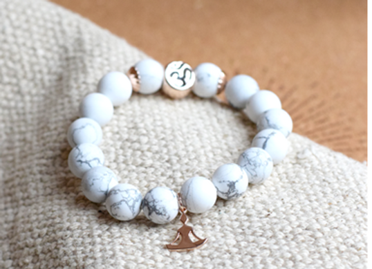 Bracelet Howlite Blanche Perles ronde 10 mm Breloque Yoga Lotus