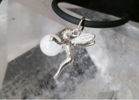 Pendentif fée en argent avec sa perle en pierre de lune
