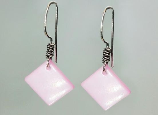 Boucle d'oreilles en nacre rose forme carré