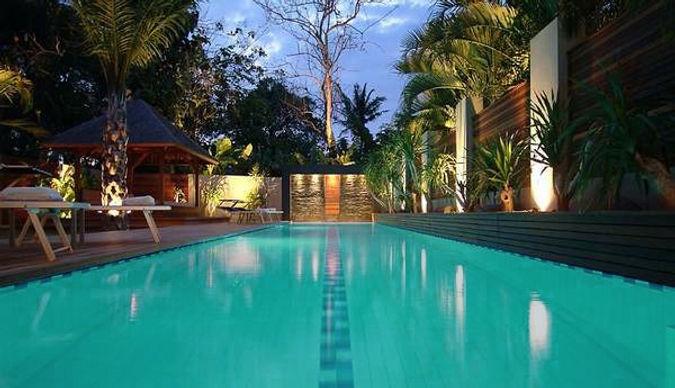construction de 2 villas et piscine à Bali par TNT Architecture villa écologique végétation piscine éclairée luxe pierre sèche