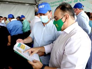Manifesto pró-ferrovia é entregue em mãos ao ministro Tarcísio de Freitas