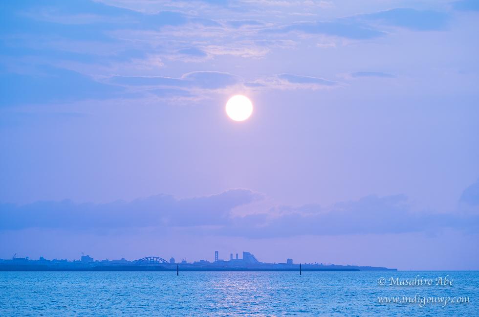 南の都市に朝日が昇る