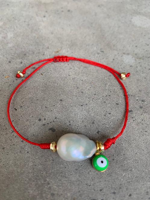 פנינה ועין ירוקה על חוט אדום