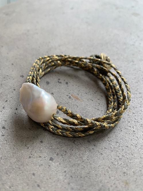 צמיד פנינה על חוט סרוג - זהב