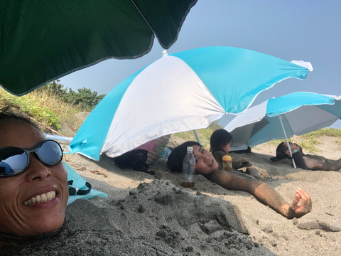美しい砂浜でアーシング・砂浴