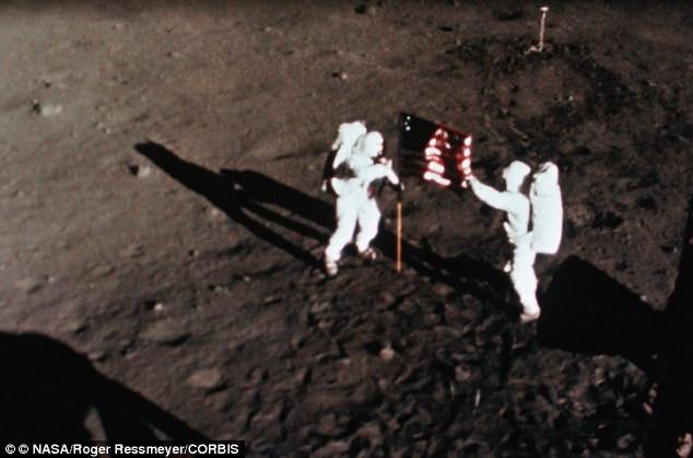 Momento da fixação da bandeira dos Estados Unidos na superfície lunar em 20 de julho de 1969, pelos astronautas Neil Armstrong e Edwin Aldrin. A imagem foi capturada por um filme de exposição por uma câmera de aquisição de dados acoplada no Módulo Lunar. Crédito: NASA.