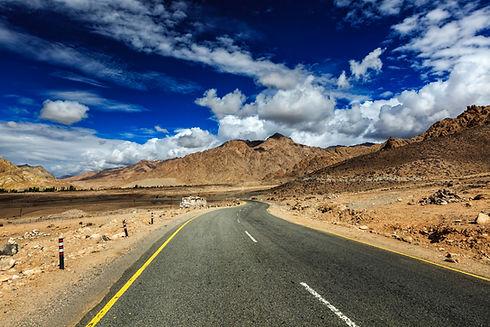 road-in-himalayas-ladakh-india-PST5KR2.j