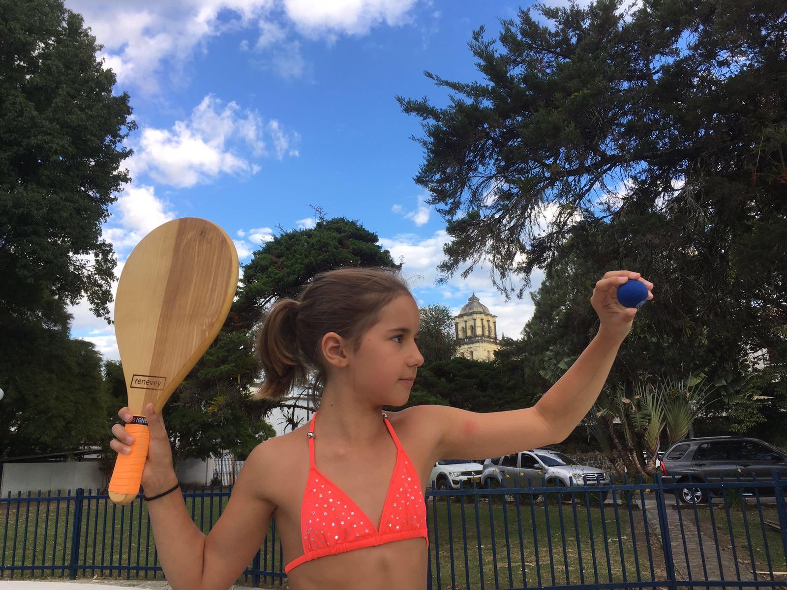 Nora spielt Beachball