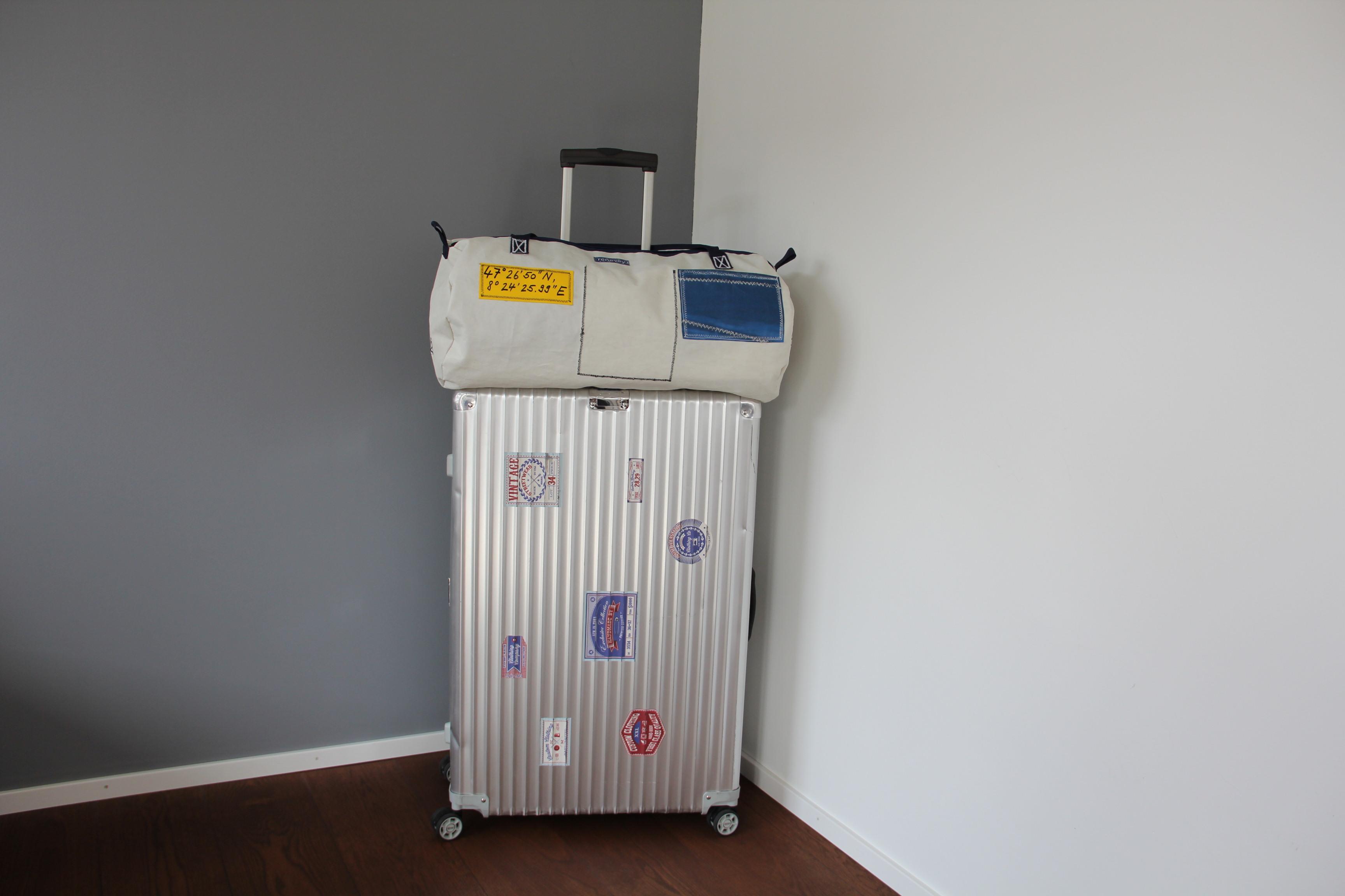 Sporttasche auf Rimowa Koffer