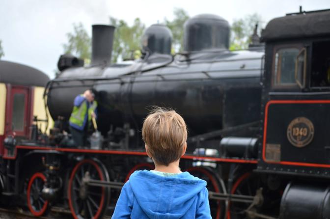 jongen gefascineerd door stoomtrein
