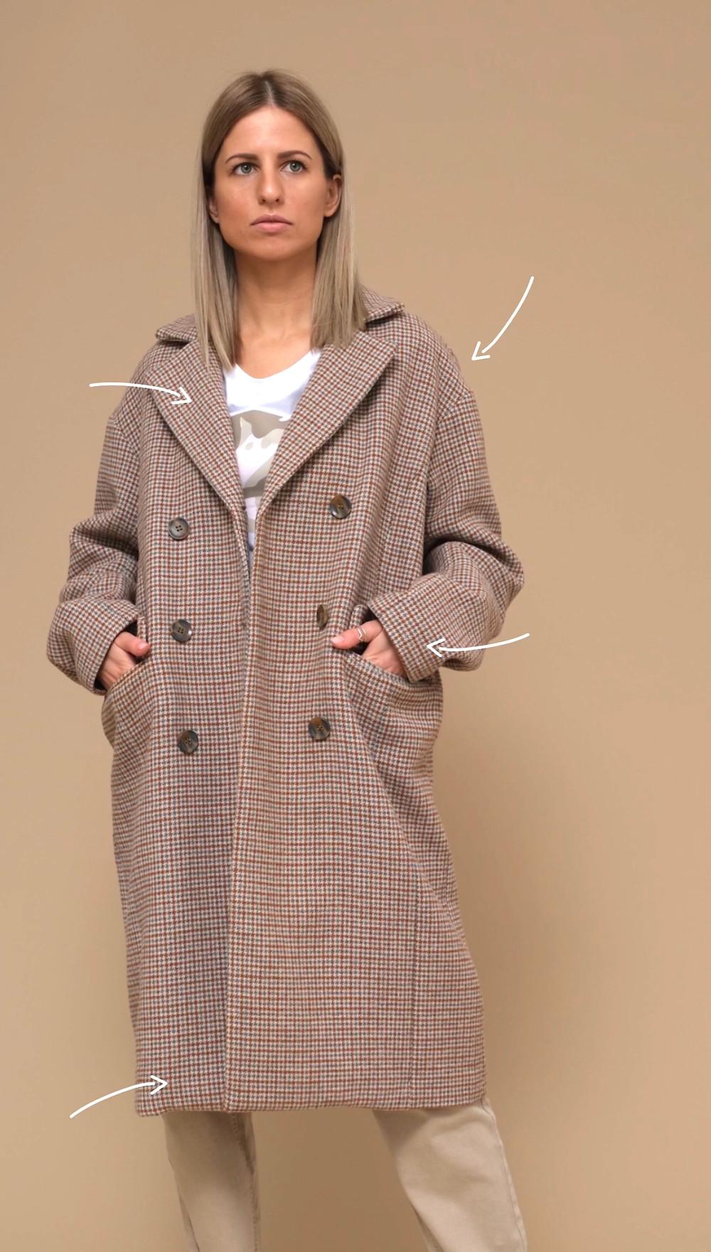 Мягкая линия плеча, двубортный воротник, натуральные ткани сдержанных оттенков, аккуратный рукав, который легко драпируется.