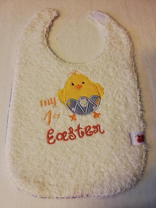 Geborduurde  1ste Easter slabbetje paaskuiken ecru