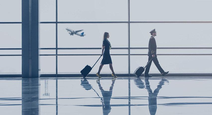 Pilot und Stewardess am Flughafen