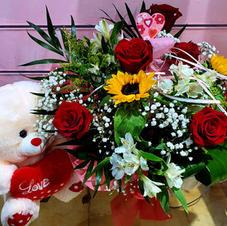 Centro rosas y flor variada desde 45€