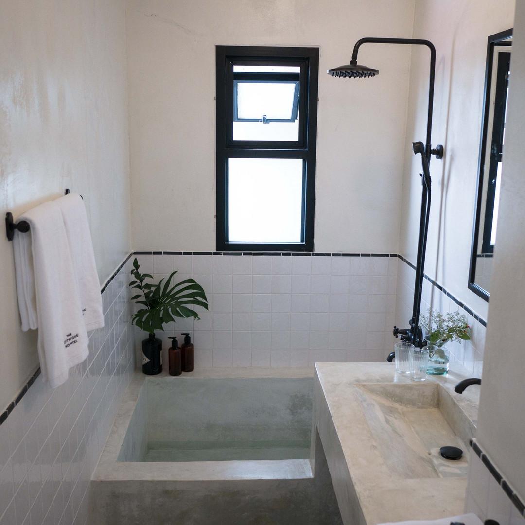 Large Bathroom with Bathtup