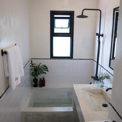 Large Bathroom with Bathtup