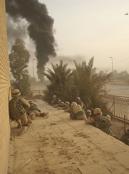 US_soldiers_watch_Iraqi_paramilitary_hea