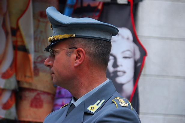 制服を着た男