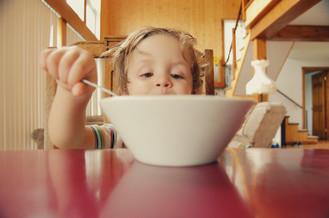 El sabor de la independencia – Cómo ayudar a que tu peque coma de manera independiente