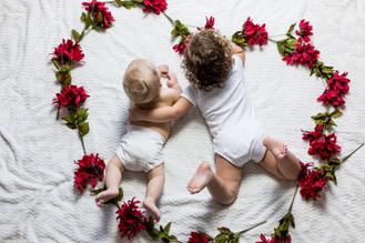 Ha nacido un bebé. Su hermanito tiene celos