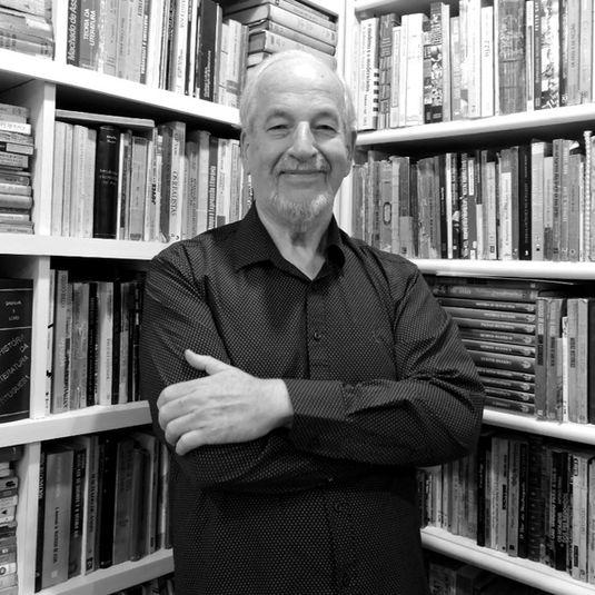 Sergius Gonzaga - Professor de Literatura Brasileirada UFRGS, ex-secretário de Cultura de Porto Alegre (2005-2012). Atual Coordenador de Literatura e Humanidades da Secretaria Municipal de Cultura de POA.
