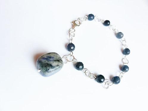 Pulso de plata y piedras azul.