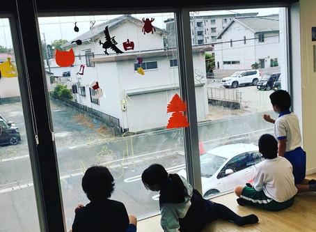 窓ガラスに絵を描こう!
