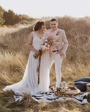 dried-florals-and-picnic-elopement-in-in