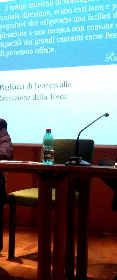 Marco Stacca durante la conferenza su Beniamino GIgli al tavolo dei relatori con Massimo Pistacchi (direttore ICBSA)