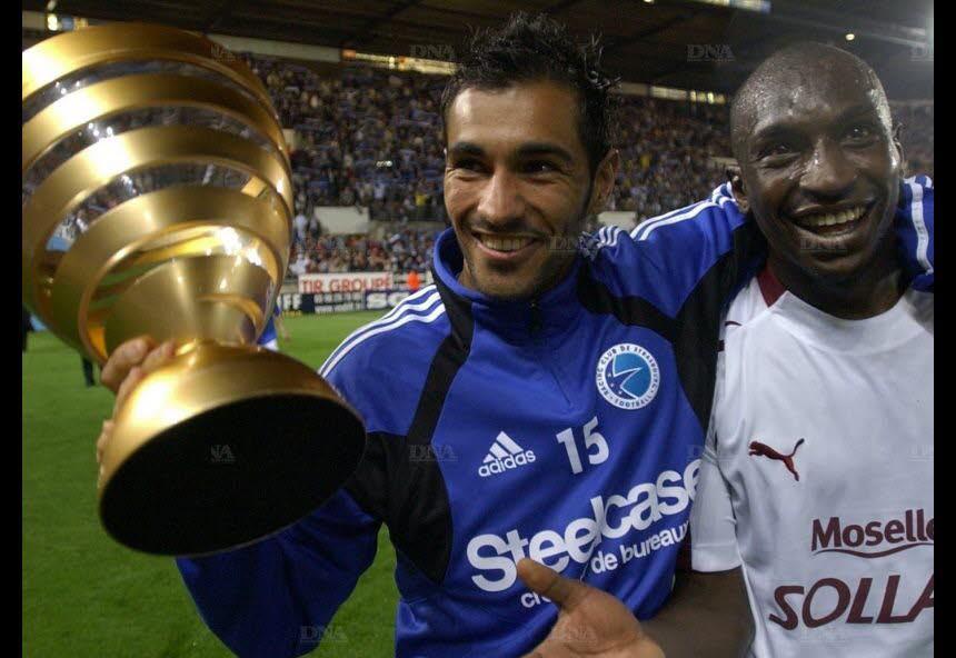 Yacine Abdessadki et Mamadou Niang, bras dessus, bras dessous lors de la présentation de la Coupe à la Meinau, après un match de Ligue 1 face à Metz. (Photo Archives DNA – Michel FRISON)