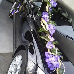 Traine d'orchidées sur la voiture des mariés