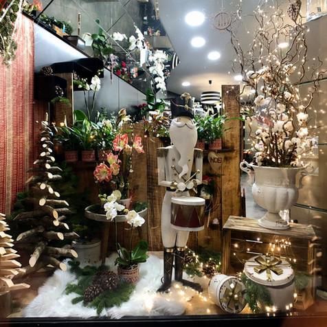 Une des vitrines de la boutique N°13 Fleuriste