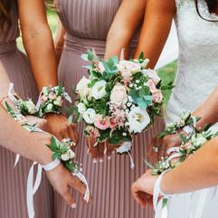 Bracelet demoiselle d'honneur assortis au bouquet de la mariée