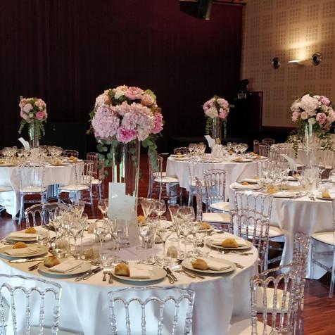 Centre de table boule de fleurs sur vases hauts