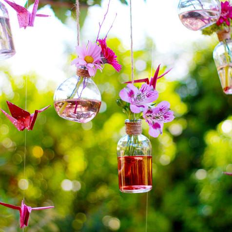Fioles et fleurs suspendues