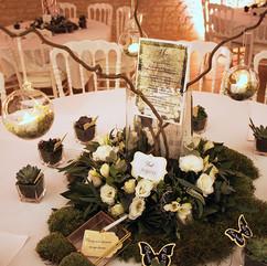 Centre de table avec boules suspendues et bougies LED