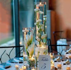 Fleurs immergées et bougies flottantes