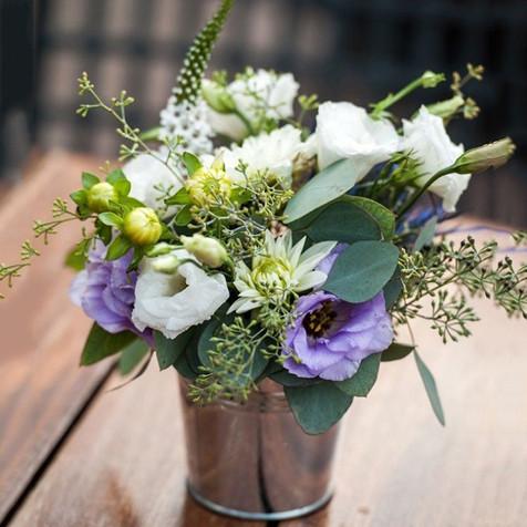 Petit bouquet champêtre dans pot en zinc