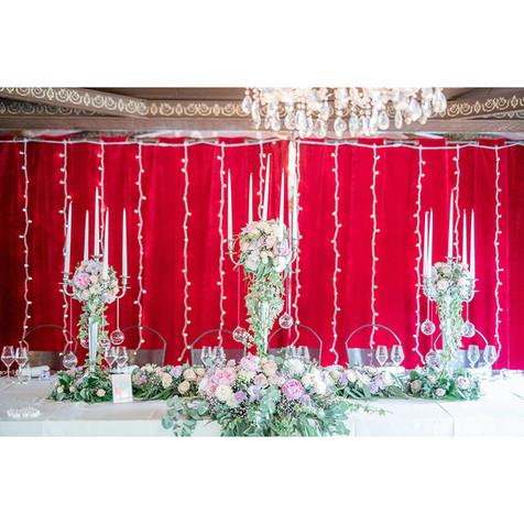 La table des mariés. Chandeliers fleuris et boa de fleurs