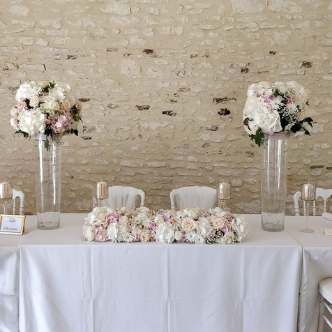 La Table des mariés - Boa de fleurs et boules de fleurs sur vases haut