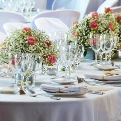 Centre de table roses et gypsophyle